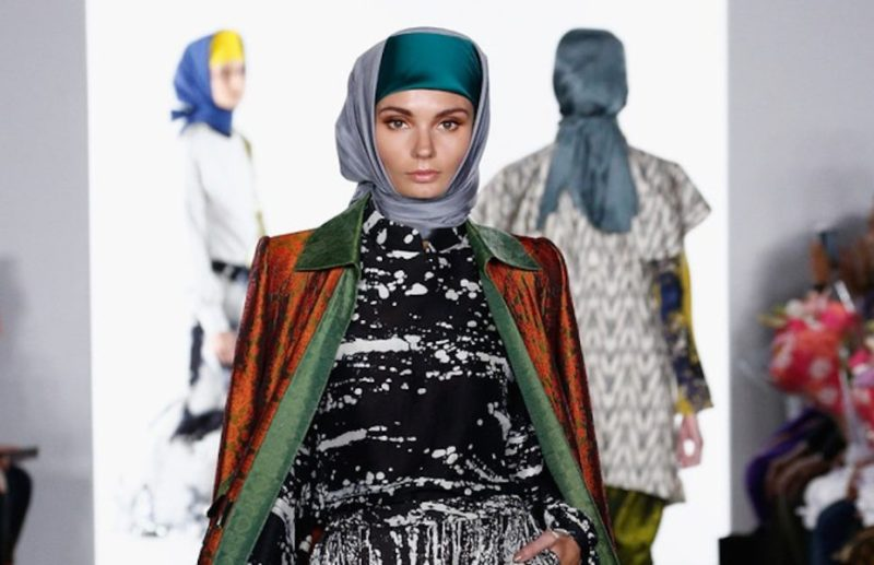 Sorprende inusual desfile de moda musulmana en Nueva York DV2WQKlX0AAMeKB