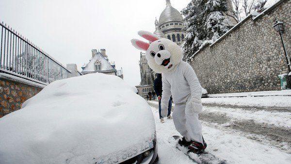 No es tan divertido como parece: nevadas siembran caos en París DVcHOhRV4AAdf-0-600x338
