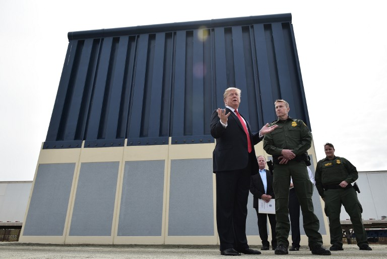 A unos pasos de México, Trump inspecciona varios prototipos del muro fronterizo 000_12H1MW