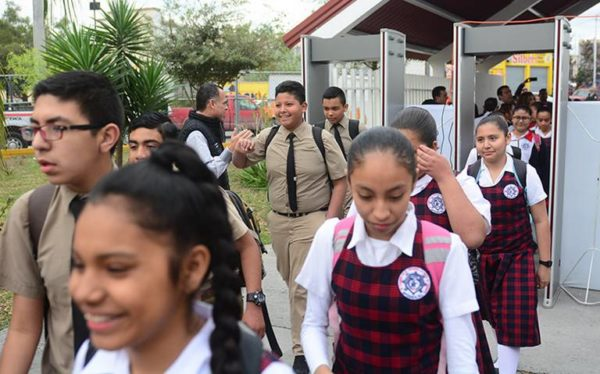 Operación mochila es cosa del pasado, escuelas en México tendrán detector de armas detector-nl2-600x374