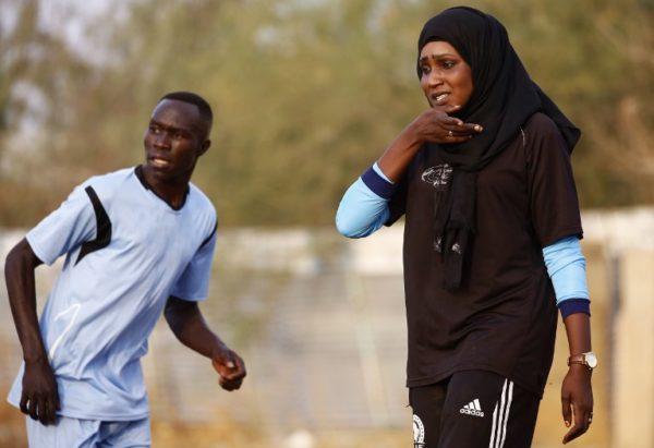 La primera entrenadora de futbol en Sudán hace historia 000_10C2MH-600x411