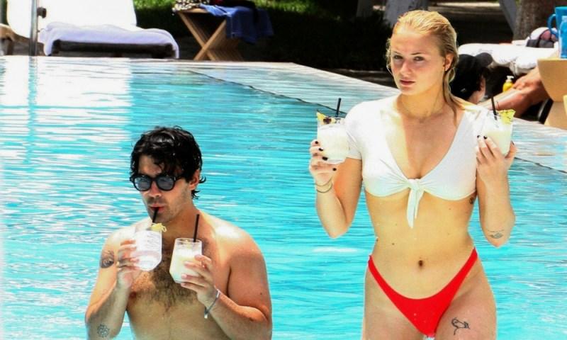 Sophie Turner enseñó de más en la playa y se olvidó del invierno Sophie-Turner-ense%C3%B1%C3%B3-de-m%C3%A1s1