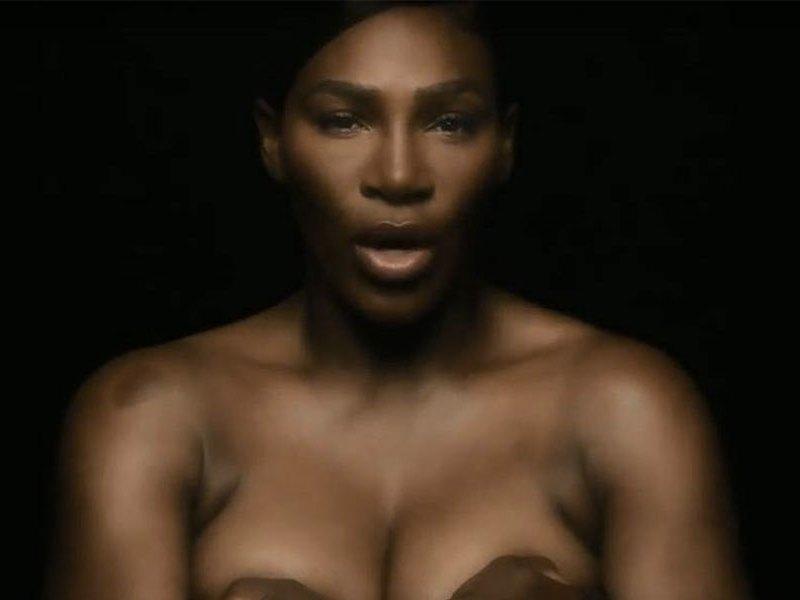 Serena Williams cantando en topless