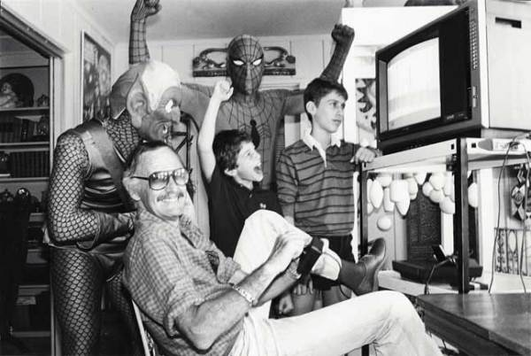 La súper semilla que Stan Lee plantó con sus cómics Stan-Lee-playing-Spider-Man-on-Atari-2600-1982-600x402