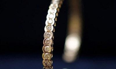 Hombre recibió 48 brazaletes de diamantes