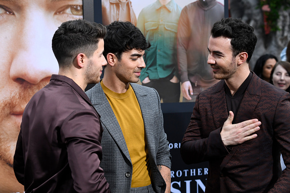 'Jonas Brothers' celebran en grande la premiere de 'Chasing Happiness' gettyimages-1153568689-594x594
