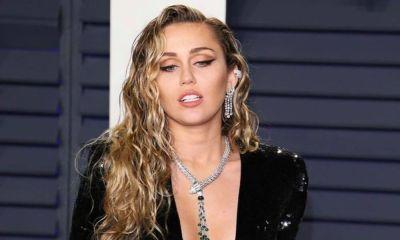 Miley Cyrus y Cody Simpson besandose