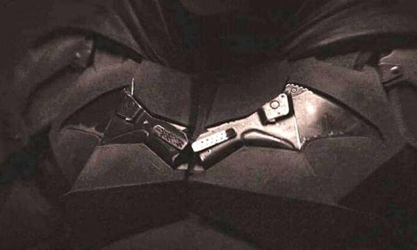Un nuevo detalle ha sido descubierto en el traje de Batman que usará Robert Pattinson si%CC%81mbolo-que-esta%CC%81-hecho-de-partes-de-un-arma-1-600x360
