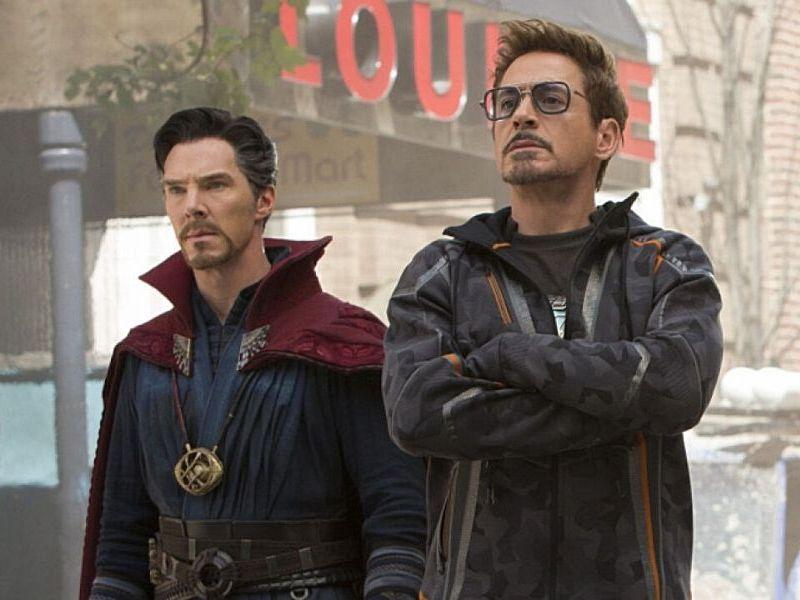 Robert Downey Jr usando la capa de Doctor Strange
