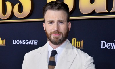 Chris Evans toca el piano