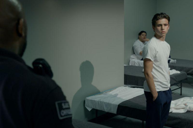 Avec Robby en prison!  Ils publient les premières images de 'Cobra Kai 3' cobrakai-season3-episode3-00-22-02-20r