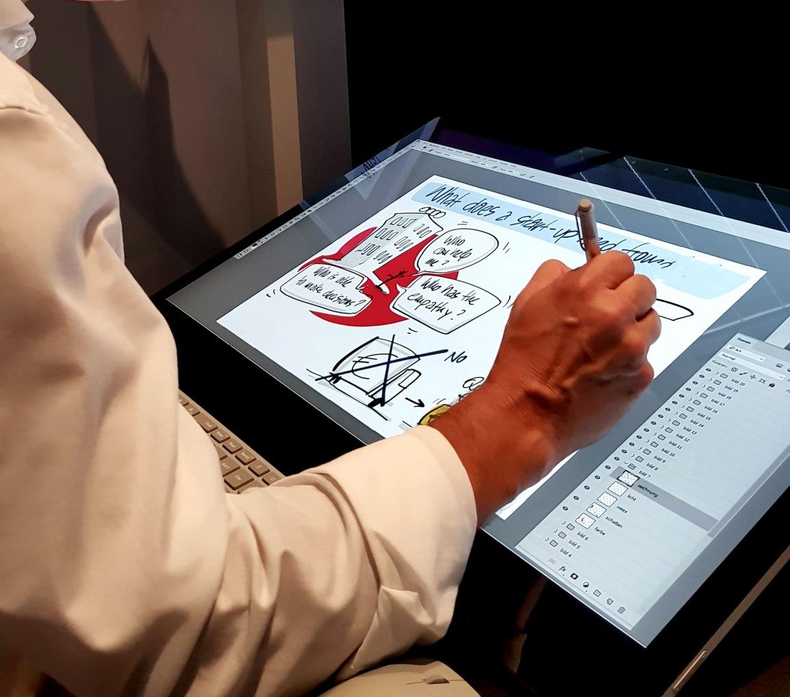 Wolfgang-Irber-beim-Zeichnen-am-Surface-Studio-klein