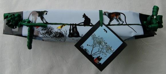 Geschenkpapier aus einem Kalender von Timothé Kondjo Honkou, ebenso das kleine Bild