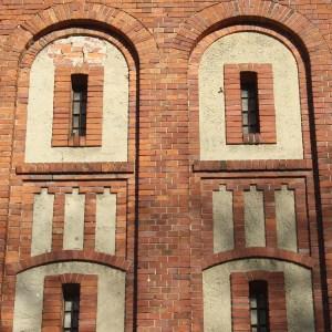 architektonisch_gestaltete_Fensterluken_des_Gefaengnisses