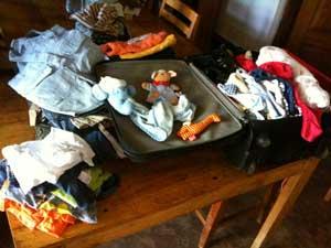 Ein Koffer voller Kinderkleider
