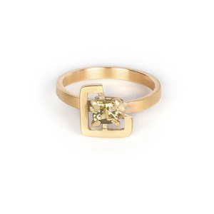 Earth ring yellowish-green zircon in brushed yellow gold