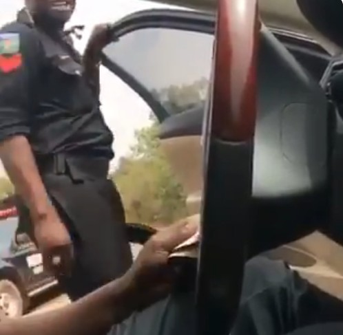 """Police Officer Says """"God Supports Stealing"""" While Collecting Bribe (Video)"""