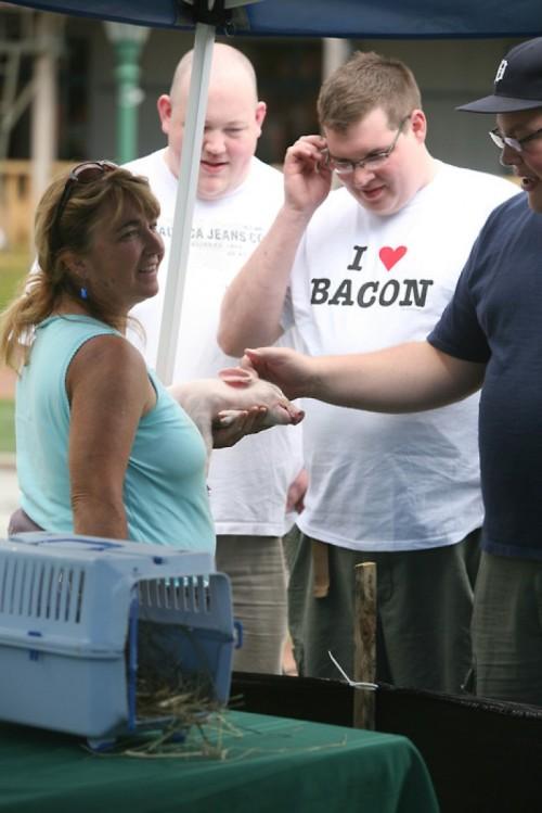 Todos nos merecemos a alguien que nos mire como ese gordo mira a ese cerdo.