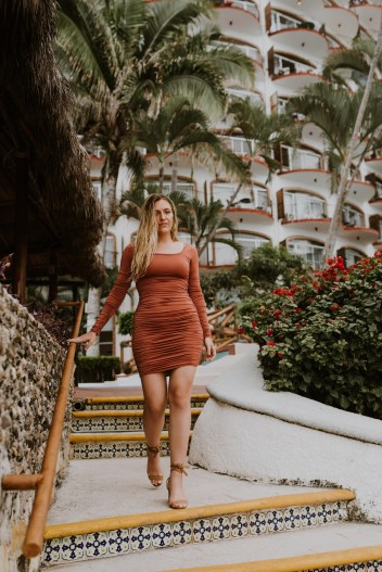 How to Pose for Pictures in Front of Big Crowds pretty little thing ruched rust dress girasol sur puerto vallarta style