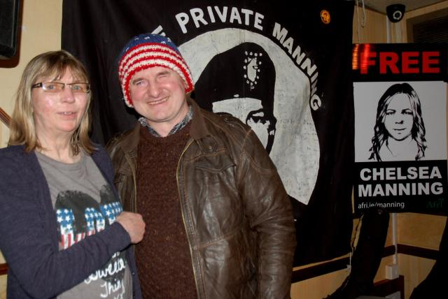 4315 susan manning and robbie sinnott with free chelsea placard