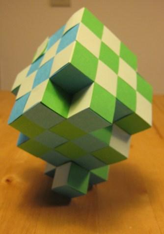 Blokje 9 op z'n punt, met blokje 3 als standaard.
