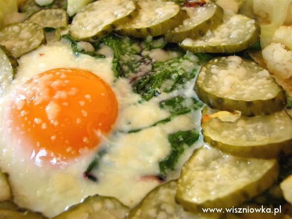 Pizza z dodatkiem m.in. jajka i kiszonego ogórka.