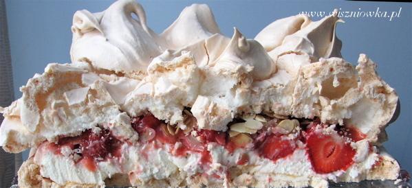 Tort bezowy z truskawkami - przekrój poprzeczny ;)