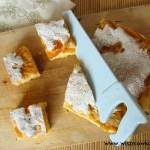 Brzoskwiniowiec – ciasto biszkoptowe z brzoskwiniami i budyniem.