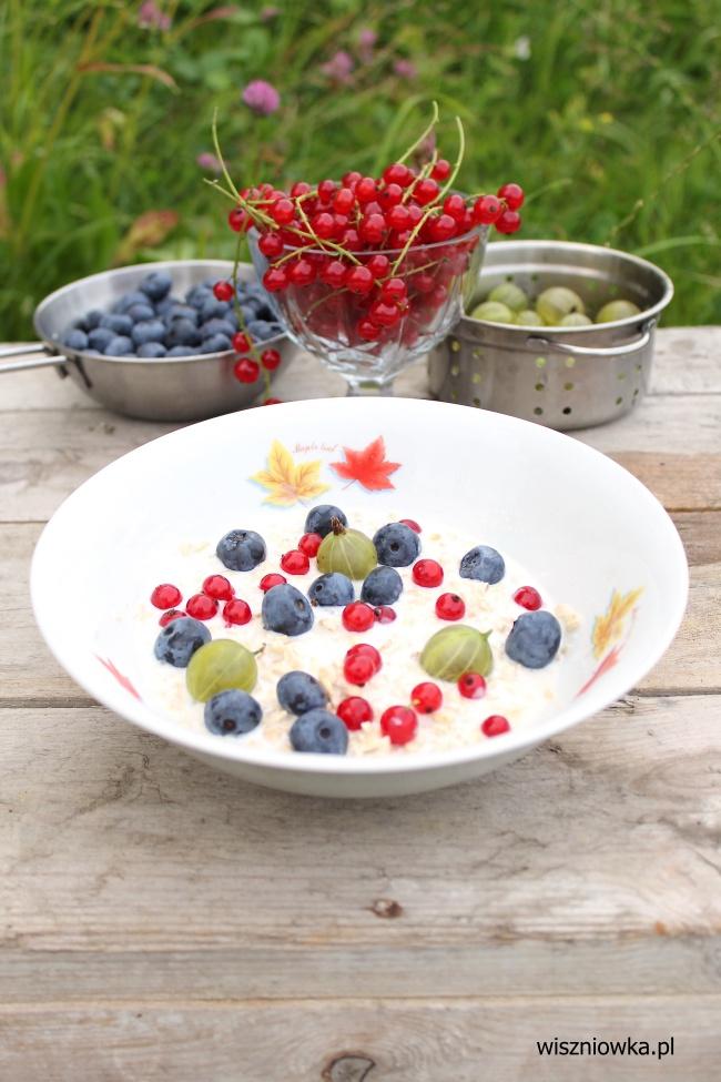 owsianka z letnimi owocami