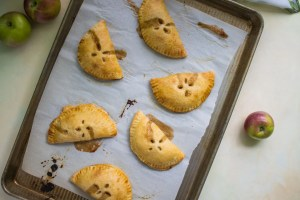 Read more about the article Autumn Apple Hand Pies (With Vegan Option!)