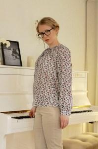 Lekala 4420 blouse, sidefront view.