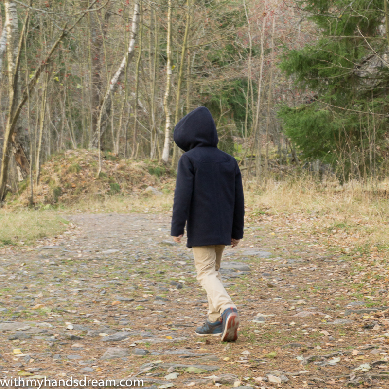 Ottobre design 06-2012 40. Klassikko duffle coat for boys from the back.