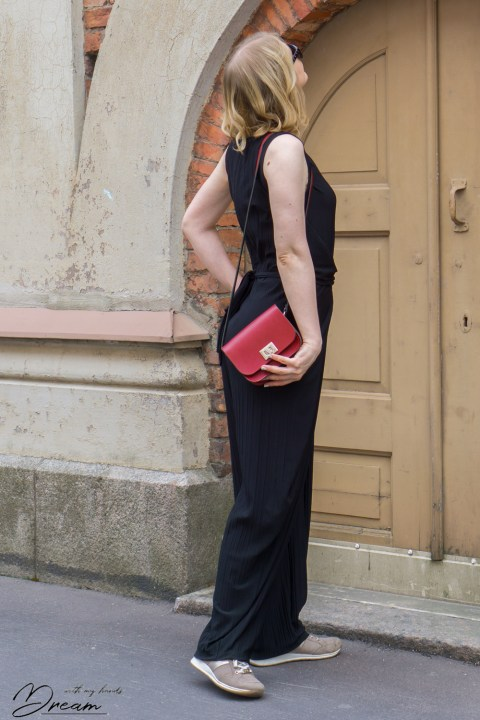 A sideview of the Kielo jumpsuit.