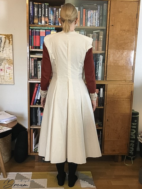 V8346 wool coat at the toile stage. The right-hand side has been fitted.