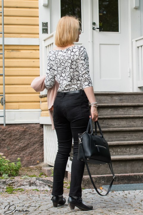 My black jeans and the Sew Over It Edie top from the back.