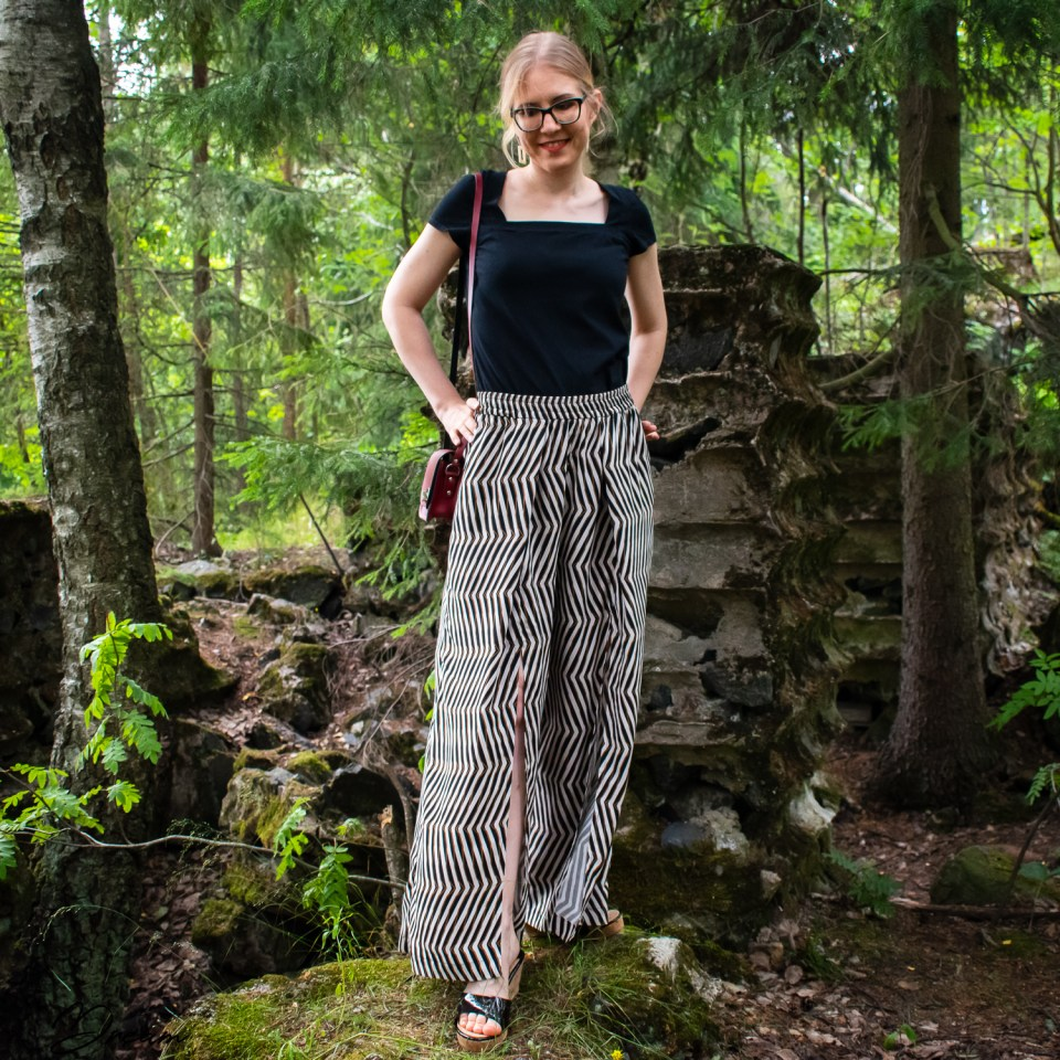 Rae trousers from the book Breaking the pattern. Front view.