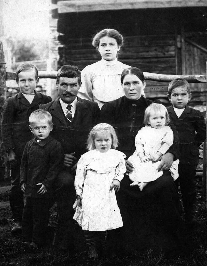 My great-grandparents Pekka and Anna with their children.