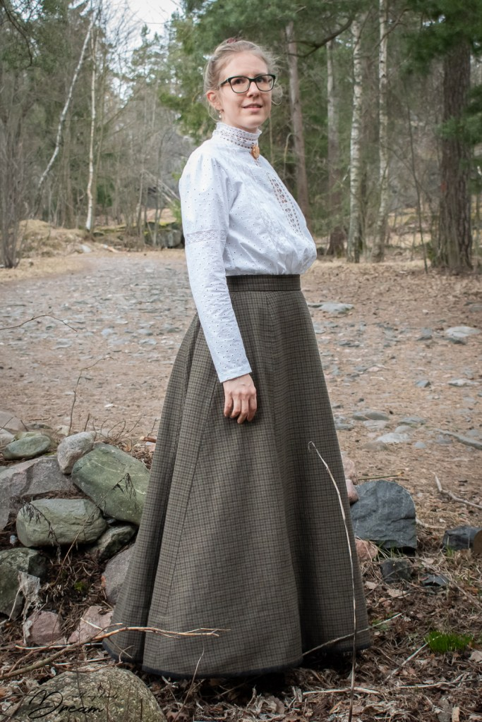 1900-1910s blouse and a walking skirt, side view.
