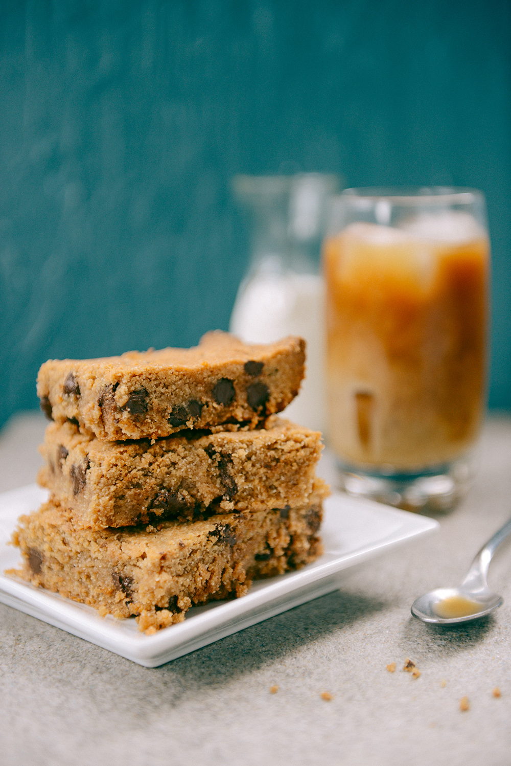 Peanut Butter Blondies with Chocolate Chips // www.WithTheGrains.com