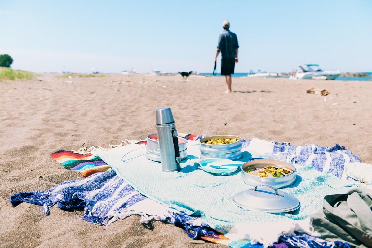 A Vegan Beach Picnic with Curried Cauliflower Wraps  // www.WithTheGrains.com
