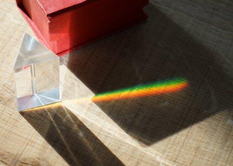 แสงแดดวิ่งผ่านปริซึมกลายเป็นหลายๆสีครับ