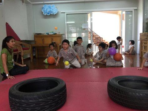 เด็กๆทดลองกระเด้งให้ลูกบอลเข้าเป้าครับ