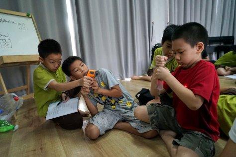 เด็กๆลองวัดอุณหภูมิขณะน้ำเดือดเป็นไอในสุญญากาศกันว่าอุณภูมิยังน้อยกว่า 100 ℃ เยอะครับ (ประมาณ 50-60 ℃)