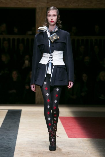 prada-fall-2016-rtw-slide-I7Y5-superJumbo