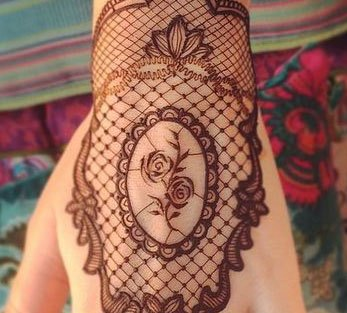 trending minimal new bridal mehndi design ideas for this wedding season | Lace Glove Henna vintage style