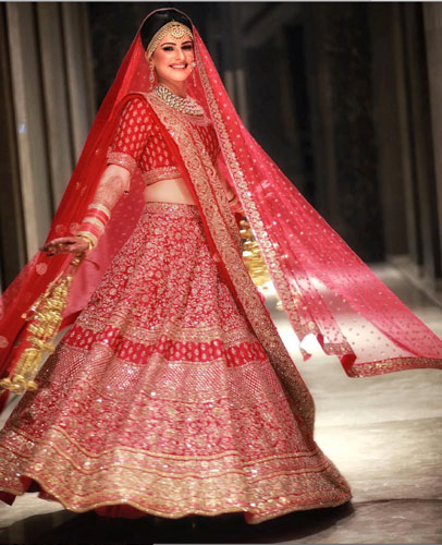 must have wedding pics for your wedding album | the bridal twirl photos | Indian bride in a traditional red and gold lehengas with a brocade red blouse and a red dupatta with gold work