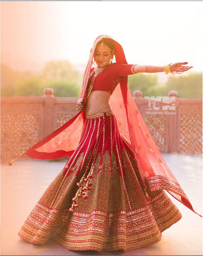 must have wedding pics for your wedding album | the bridal twirl photos | Indian bride in a red lehengas with pretty gold embroidery
