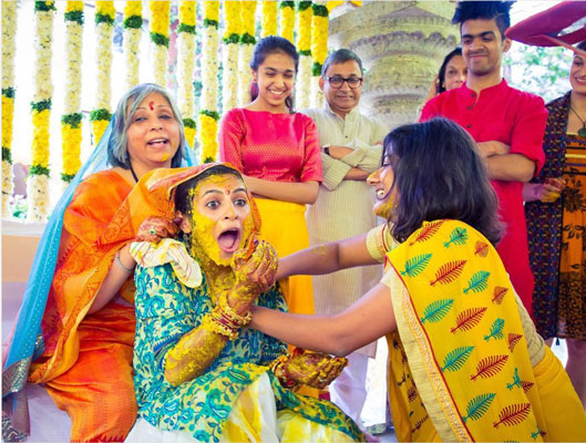 Indian bride with her mom behind her back at the haldi | Fun haldi photos | Must have photos with your mom | Mother of the Bride Photos