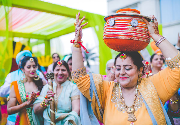 Indian bride with her mom at her wedding | must have wedding photos | Mother of the bride photos | mother of the Indian bride doing match ceremony in punjabi wedding