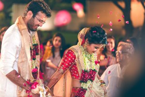 Indian bride dragged the groom for the pheras | Flower shower | Traditional Indian WEdding | Indian bride in red and gold lehenga with a pale pink dupatta | Shrava and Ridhi Gujarati wedding | Photography by Memoire Photography Ahmedabad